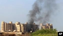 Hayaki na fitowa daga gine-ginen da aka kaiwa hari a Aden kasar Yemen