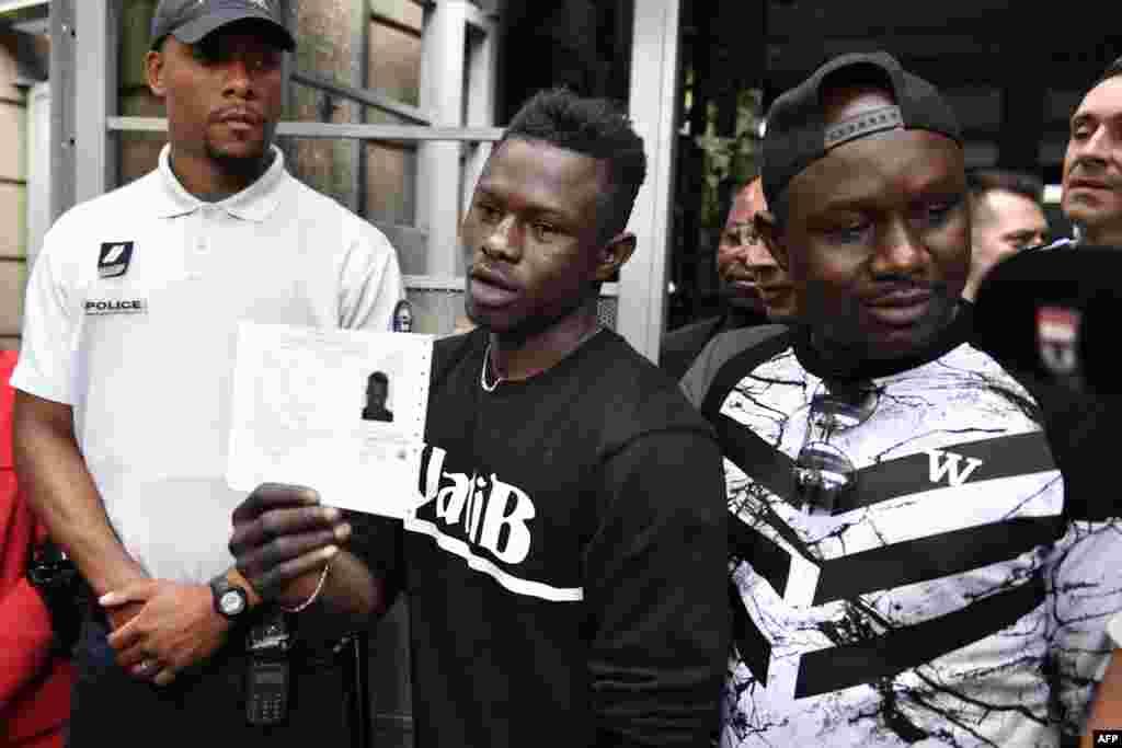 Mamoudou Gassama dan asalin kasar Mali tare da yayan sa a lokacin da yake rike da takardar izinin zama a kasar Faransa da ya samu a ranar 29 ga watan Mayu.