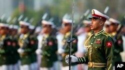 Pasukan Myanmar dalam parade di Naypyitaw (foto: dok). Pemerintah AS masih mempertahankan sanksi terhadap militer Myanmar.