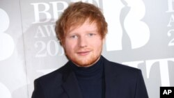 Ed Sheeran ຖ່າຍພາບ ໃນຕອນທີ່ເຂົ້າຮ່ວມງານລາງວັນ ຂອງອັງກິດ - The Brit Awards 2017 ໃນນະຄອນ ລອນດອນ, 22 ກຸມພາ, 2017.