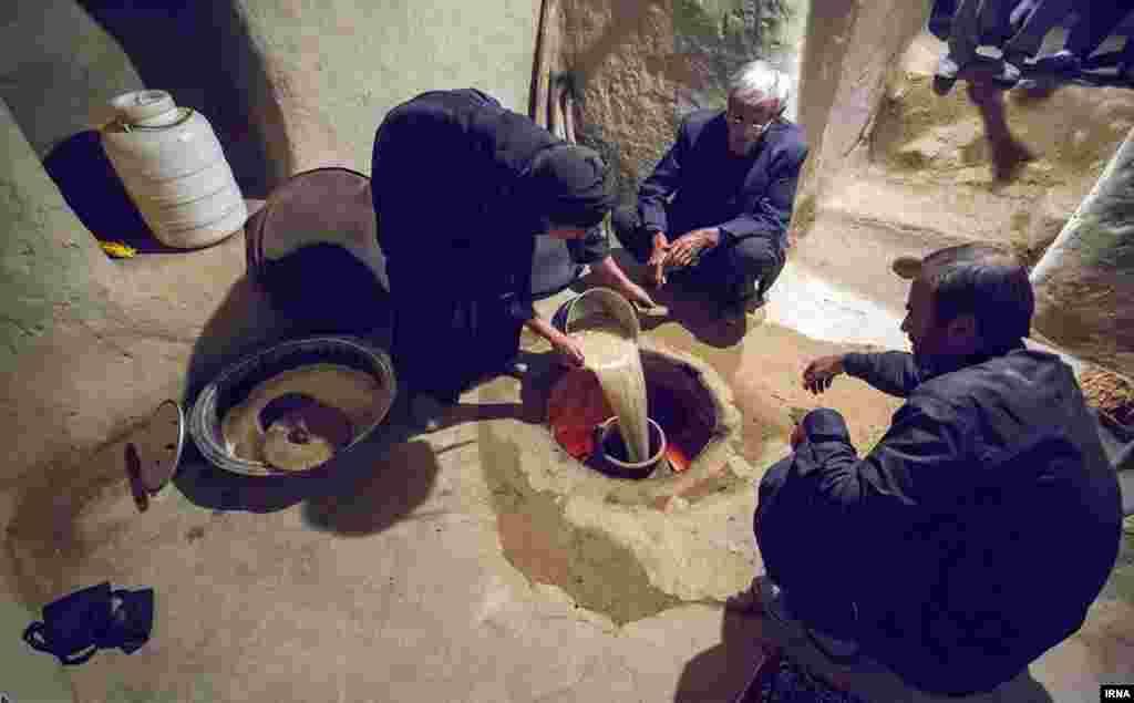پخت حلیم به شیوه سنتی در کرمانشاه؛ در این شیوه حلیم یک شب در داخل کوزه در تنور پخته می شود.