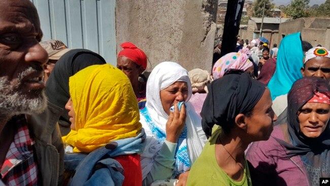 Los residentes de la zona muestran su dolor a medida que los cuerpos se recuperan en el lugar de un derrumbe de basura en las afueras de Addis Ababa, Etiopía, el domingo 12 de marzo de 2017.