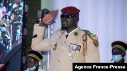 Le chef de la junte guinéenne Mamady Doumbouya prête serment en tant que président par intérim à Conakry, en Guinée, le 1er octobre 2021.