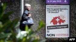 یکی آگهی در شهر ژنو سوئیس که مردم را تشویق میکرد در همهپرسی به سخت تر شدن قوانین اسلحه رای «نه» بدهند.