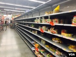 Walmart a las afueras de FT Lauderdale, FL, con estantes vacíos, mientras los residentes buscan abastecerse ante la llegada del huracán Irma. Foto: Gesell Tobías, VOA. Sept. 7, 2017.