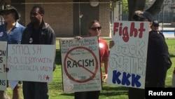 Người biểu tình đối kháng cầm biểu ngữ chống Ku Klux Klan tại Anaheim, California, ngày 27/2/2016.