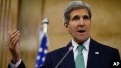 존 케리 미국 국무장관이 7일 나세르 주데 요르단 외교장관과의 회담 뒤 기자회견을 갖고 있다.