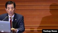 한민구 한국 국방장관이 21일 국회에서 열린 외교·통일·안보에 관한 대정부 질의에서 북한 핵 문제에 관한 질문에 답하고 있다.
