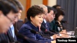 박근혜 한국 대통령이 4일 청와대에서 열린 국무회의에서 모두발언을 하고 있다.