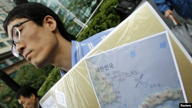 A South Korean activist holds a map of Dokdo islets during a rally denouncing Japan's sovereignty claim on the islets, in front of the Japanese Embassy in Seoul,  September 10, 2010.