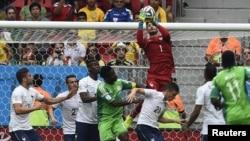 Le gardien de but de l'équipe de France Hugo Lloris face au Nigeria (2014)