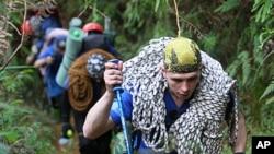 Lực lượng cứu hộ Nga trên đường đến khu vực máy bay bị nạn tại núi Salak ở Bogor, Indonesia, 13/5/2012