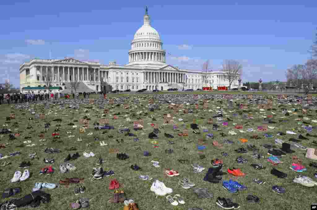 ABŞ - Vaşintonun Kapitoli binası qarşısında etiraz aksiyası. Silahla öldürülən uşaqların ayaqqabıları binanın qarşısına düzülüb