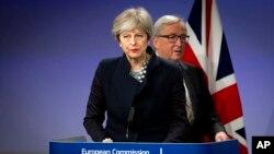 ترزا می نخست وزیر بریتانیا (جلو) و ژان کلود یونکر رئیس کمیسیون اروپا در نشست خبری پس از مذاکرات برگزیت در بروکسل - ۱۳ آذر ۱۳۹۶