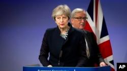 Predsednik Evropske komisije Žan-Klod Junker i britanska premijerka Tereza Mej na konferenciji za medije u Briselu 4. maja 2017.