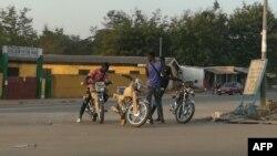 Des motos-taxis garés dans le quartier Air France à Bouaké, en Côte d'Ivoire, le 20 janvier 2018. (VOA/Siriki Barro)