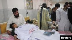 巴基斯坦男子照顾塔利班攻击中受伤儿子