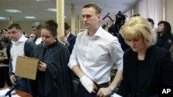 Alexei Navalny, blogger anti korupsi yang membantu mengorganisasi serangkaian protes anti-Kremlin dalam persidangan di Kirov, Rusia (17/4).
