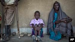 남수단 보르에서 피난나온 주민들이 아웨리얼에서 국경없는기자회가 운영하는 임시 병원 앞에서 순서를 기다리고 있다.