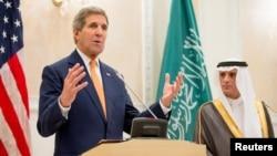 美国国务卿克里和沙特外交大臣阿祖贝尔在利雅得的记者会上(2015年5月7日)
