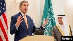 사우디아라비아를 방문 중인 존 케리 미국 국무장관(왼쪽)이 7일 리야드 공군기지에서 아델 알 주비에르 사우디 외무장관과 회담에 이어 공동기자회견을 가졌다.