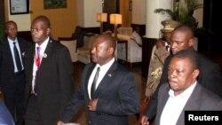 Le président du Burundi, Pierre Nkurunziza, au centre, est escorté sur le chemin de l'aéroport international Julius Nyerere à Dar es Salaam, en Tanzanie, le 13 mai 2015.