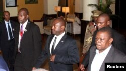 Presiden Burundi Pierre Nkurunziza (tengah) mendapat pengawalan ketat saat menuju bandara internasional Julius Nyerere di Tanzania (13/5).