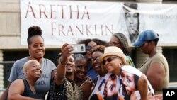 Sir Diego Brazil berswafoto bersama beberapa penggemar saat menunggu untuk memberikan penghormatan terakhir kepada Aretha Franklin di Charles H. Wright Museum of African American History, 28 Agustus 2018, di Detroit.
