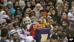 لاہور: خودکش حملے کے ایک متاثر کا جنازہ لے جایا جارہا ہے۔ 26 جنوری، 2011