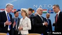 Từ trái sang: Bộ trưởng Quốc phòng Anh Michael Fallon, Bộ trưởng Quốc phòng Đức Ursula von der Leyen, Bộ trưởng Quốc phòng Georgia Mindia Janelidze và Tổng thư ký NATO Jens Stoltenberg tại Brussels, ngày 5/2/2015.