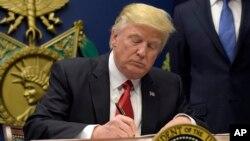 Tổng thống Mỹ Donald Trump ký sắc lệnh hành pháp cấm di dân từ bảy quốc gia đa phần dân số là người Hồi Giáo, tại Ngũ Giác Đài ở Washington, 27/1/2017.