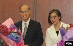 李大维夫妇接受同仁鲜花(2016年5月24日)