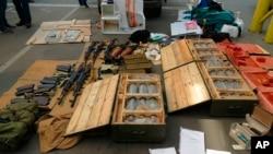 La agencia de inteligencia ucraniana SBU, divulgó esta foto con las armas confiscadas al sospechoso francés que planeaba atentar durante la Eurocopa.