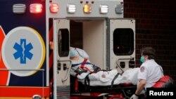 Nhân viên y tế đưa bệnh nhân COVID-19 vào bệnh viện. Hình chụp tại Massachusetts, Mỹ, ngày 17/4/20.
