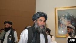 Mullah Abdul Salam Zaeef, pejabat senior Taliban Afghanistan, tiba pada saat penandatanganan perjanjian AS-Taliban di ibukota Qatar Doha pada 29 Februari 2020. (Foto: AFP/Karim Jaafar)