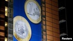 라트비아의 유로화 사용을 앞두고, 지난 20일 벨기에 브뤼셀의 유럽연합 본부 건물에 라티비아 유로화 동전이 그려진 대형 걸개가 걸려있다.