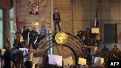 Para demonstran anti pemerintah melakukan unjuk rasa di pusat ibukota Kairo (foto: dok). Demonstran Mesir bentrok dengan tentara dalam protes hari Jumat (4/5).
