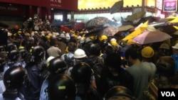 香港警方11月25日在山东街与示威者对峙(美国之音海彦拍摄)