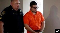 Un policía escolta a Cosmo DiNardo el jueves 13 de julio, luego de una audiencia en la corte de Doylestown, Pensilvania. Un abogado de DiNardo dijo que su cliente admitió haber matado a cuatro hombres que desaparecieron la semana pasada.