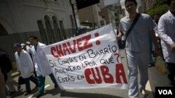 La ausencia de Chávez de Venezuela fue criticada por médicos y enfermeros que reclamaron al presidente que se atienda en el país en vez de hacerlo en Cuba.