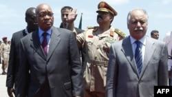 Güney Afrika Cumhurbaşkanı Jacob Zuma (sağda) Libya Başbakanı El Bağdadi Ali el Mahmudi'yle