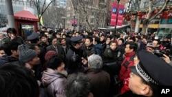 2.20일 중국 상하이 거리에서 자유와 민주주의를 주장하며 공안요원과 대치중인 시민들