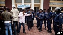 Des manifestants de l'opposition face aux policiers devant la Poste, Kinshasa, le 13 ocrobre 2011. (AFP PHOTO/Gwenn DUBORTHOMIEU)