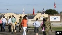 Гуантанамо. Суббота, 5 мая. Журналисты направляются в здание суда.