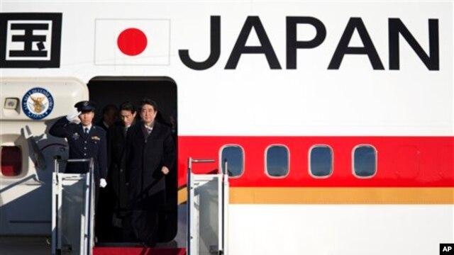 21일 미국 바락 오바마 대통령과 회담을 위해 앤드류스 공군기지에 도착한 아베 신조 일본 총리.