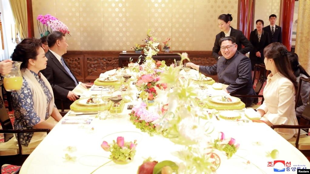 中國國家主席習近平和夫人彭麗媛,朝鮮國務委員會委員長金正恩和夫人李雪主在北京會面(2018年3月28日發布的照片,具體日期不詳)