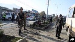 21일 아프가니스탄 군인들이 카불의 폭탄 테러 현장을 조사하고 있다.