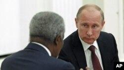 17일 모스크바에서 시리아 사태와 관련하여 코피 아난 유엔 특사(왼쪽)와 회동한 블라디미르 푸틴 러시아 대통령.