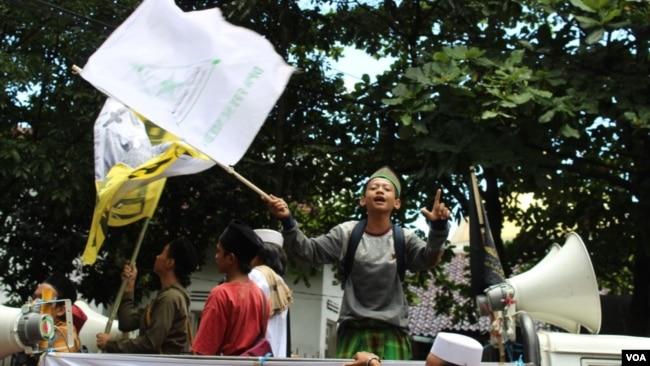 Belasan anak ikut berdemo bersama orang dewasa mendukung Bahar Smith di Bandung, Kamis, (21/3/2019), meski melibatkan anak dalam demonstrasi dilarang UU. (Foto: Rio Tuasikal/VOA)