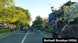 Seorang kusir andong di Jalan Malioboro yang sepi wisatawan. (Foto: VOA/Nurhadi Sucahyo)